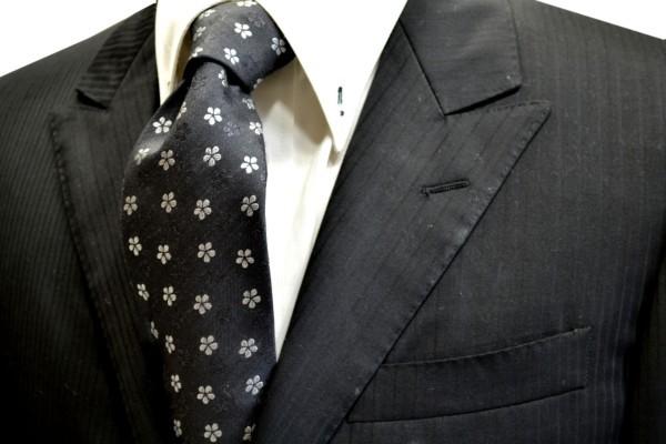 ネクタイ【チャコールグレーの小花の織柄地に白の花柄の小紋ネクタイ】