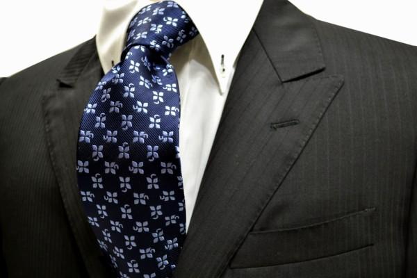 ネクタイ【紺地に水色の4葉のクローバー小紋柄ネクタイ】