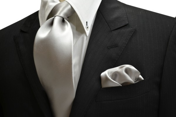 ネクタイ・ポケットチーフセット【シルバーの無地(ツルーンとした)ネクタイ&チーフセット】