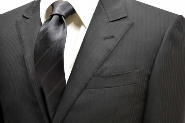 ネクタイ【織がヘリンボーン柄で濃いチャコールグレー地に細いカーキーのストライプネクタイ】