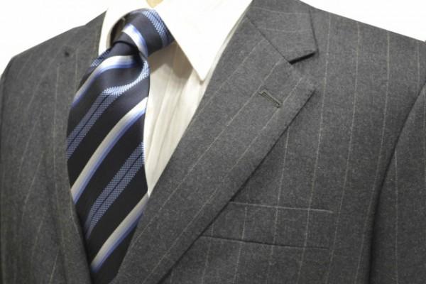 ネクタイ【濃い紺地にブルーのグラデーションのストライプネクタイ】