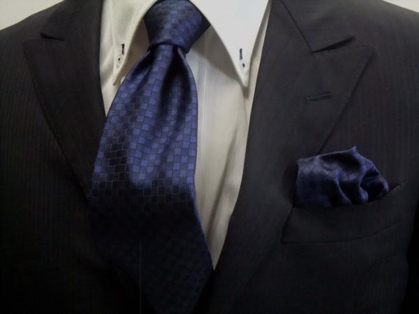 ネクタイ・ポケットチーフセット【紺色(ネイビー)の市松模様ネクタイ&ポケットチーフセット】