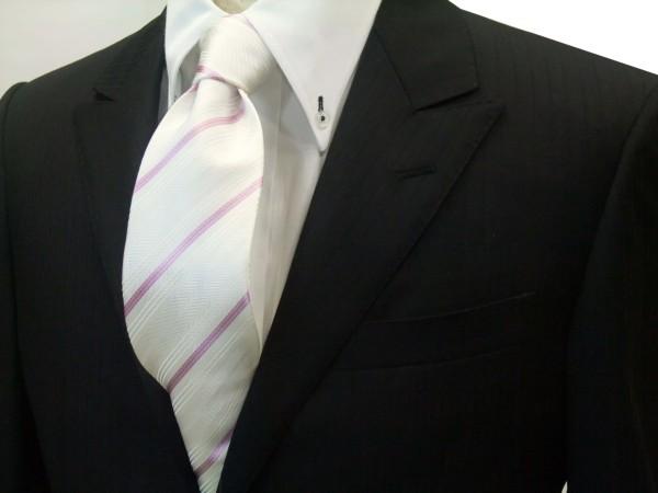 ネクタイ【白の織柄地にピンクの濃淡のストライプネクタイ】