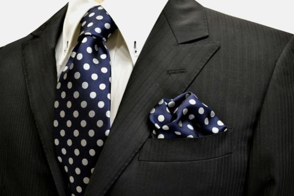 ネクタイ・ポケットチーフセット【ネイビー(紺)地に白(少しシルバーぽい)のドット8mm柄ネクタイ&ポケットチーフセット】