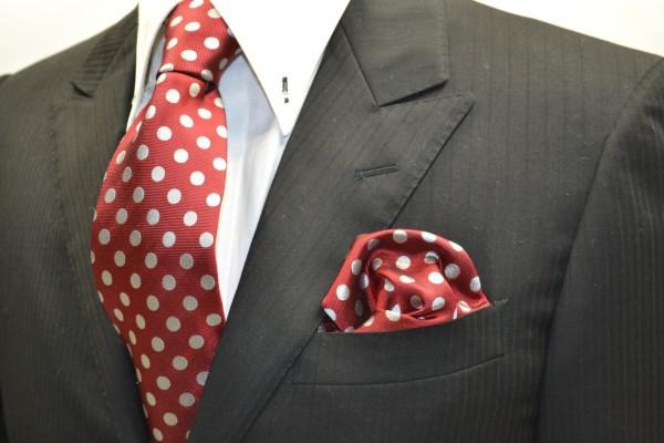 ネクタイ・チーフセット【濃いレッド(赤)に生成りのドット8mm柄ネクタイ&ポケットチーフセット】