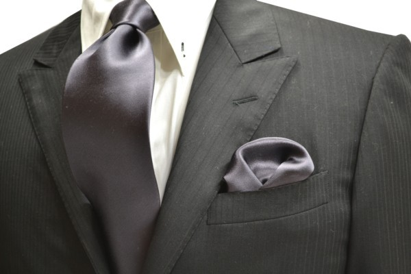 ネクタイ・ポケットチーフセット【濃いグレーのネクタイ&ポケットチーフセット】