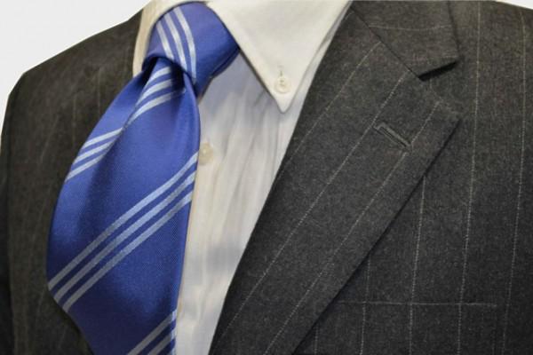 定番・市松模様 ネクタイ【ブルーグレー地に3本線のくすんだ水色のストラップネクタイ】