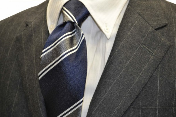 定番・市松模様 ネクタイ【ネイビー地に、2本線のシルバーと、グレーのヤスラ織りストライプネクタイ 】