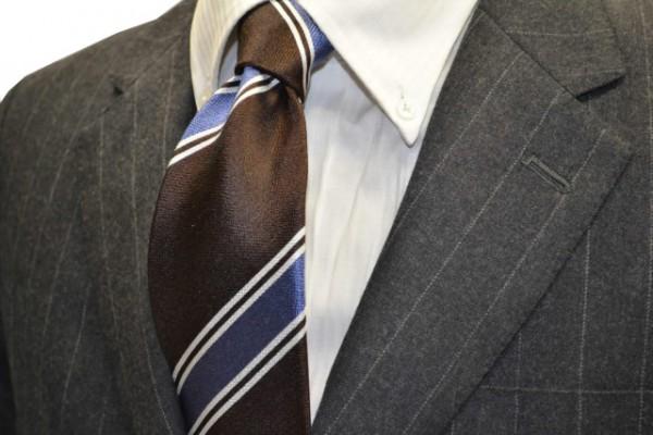 定番・市松模様 ネクタイ【こげ茶色(濃いブラウン)地に、2本線のシルバーと、ブルーのヤスラ織りストライプネクタイ 】