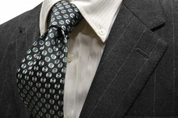 ネクタイ【チャコールグレー地に、グリーン、グレーの小紋柄ネクタイ】