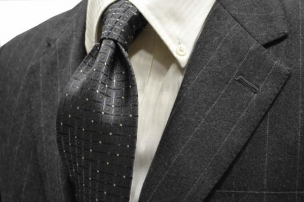 ネクタイ【チャコールグレー地に、シルバー、ネイビーの小紋柄ネクタイ 】